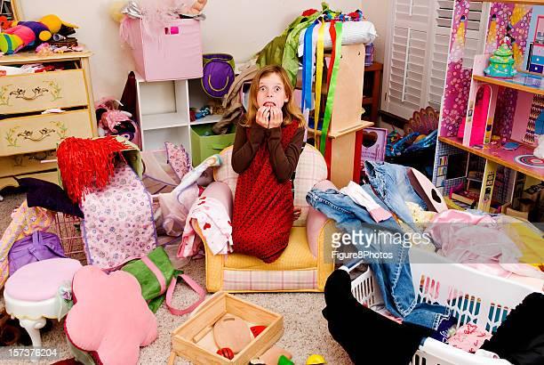 Desordenado habitación limpia