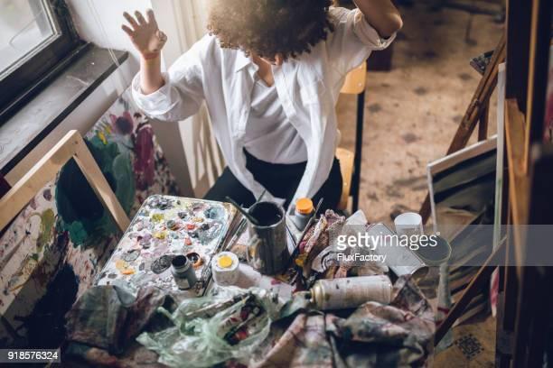 Unordentlich Tisch für einen unordentlichen Maler