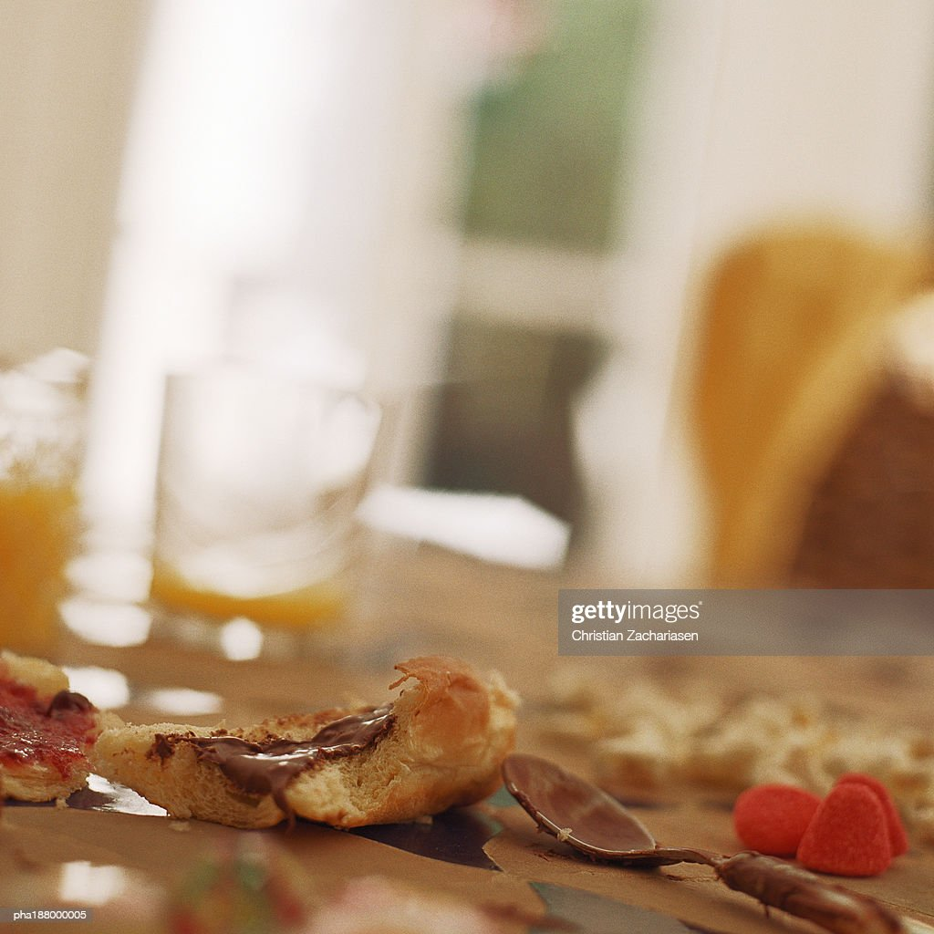 Messy table with leftover breakfast. : Stockfoto