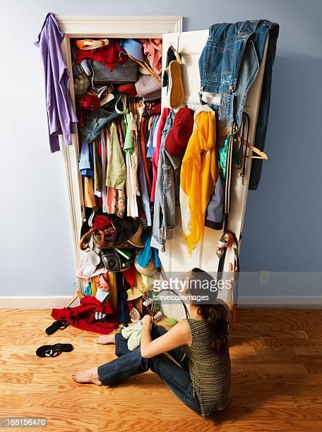 messy unorganized closet - kast stockfoto's en -beelden