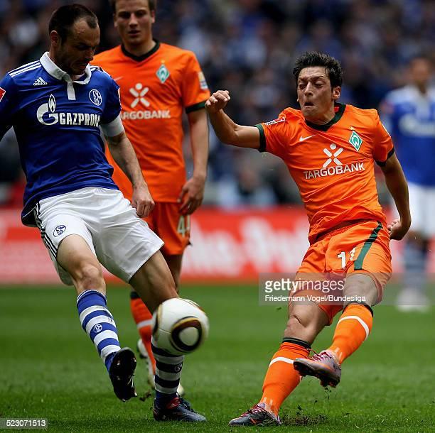 Mesut Oezil von Werder in aktion mit Heiko Westermann von Schalke waehrend des Bundesliga Spiels zwischen FC Schalke 04 und Werder Bremen in der...