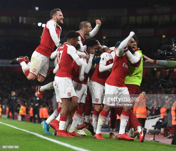 Mesut Ozil celebrates scoring the 3rd Arsenal goal with Alex Lacazette Shkodran Mustafi Hector Bellerin Jack Wilshere and Alex Iwobi during the...