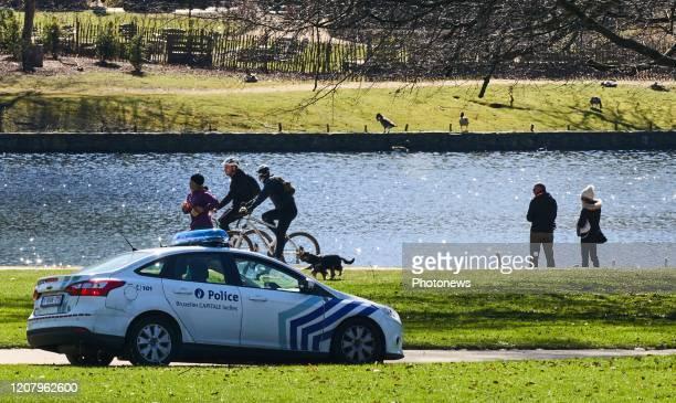 Met het goede weer komen de mensen naar buiten politie controleert of de mensen aan de Lockdown voldoen Par beau temps les gens sortent la police...