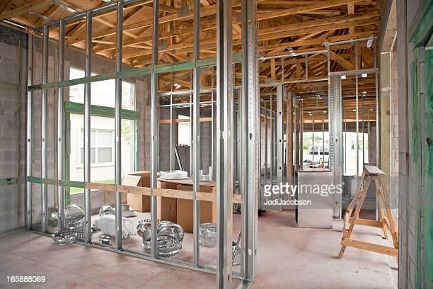 feixe de construção de metal sobre uma estrutura residencial - armação de madeira - fotografias e filmes do acervo