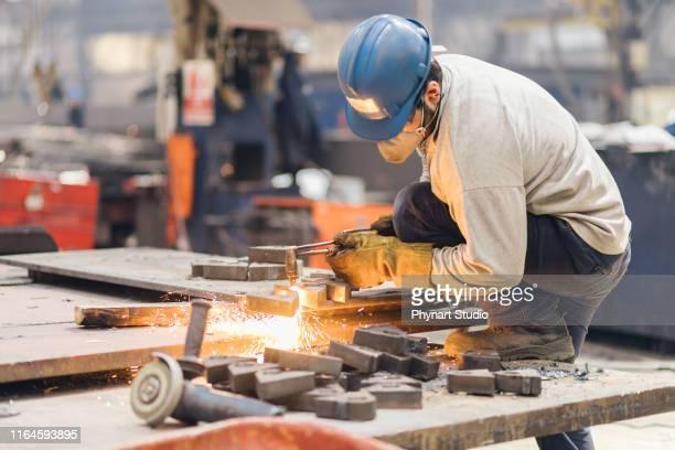 cortador de metal, corte de aço com tocha de acetileno - metalúrgico - fotografias e filmes do acervo