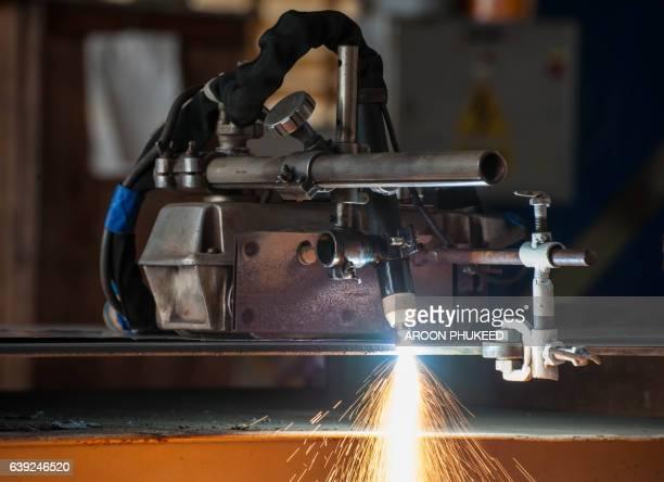 metal cutting in industry construction - lisa sparks - fotografias e filmes do acervo