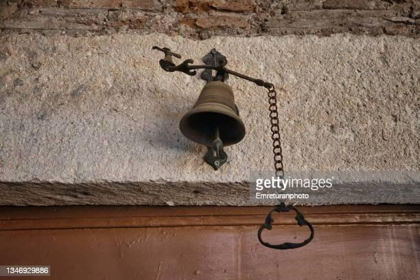 metal doorbell above a stone  door girder. - emreturanphoto stock-fotos und bilder