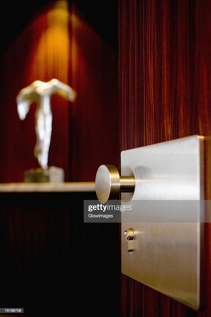 Metal doorknob on a wooden door : Foto de stock