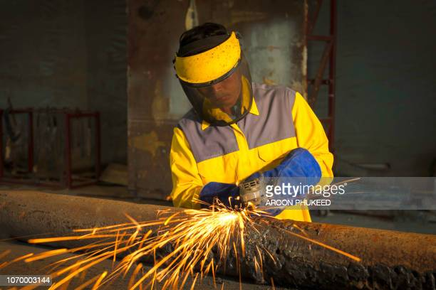 metal grinding - fabricage apparatuur stock pictures, royalty-free photos & images