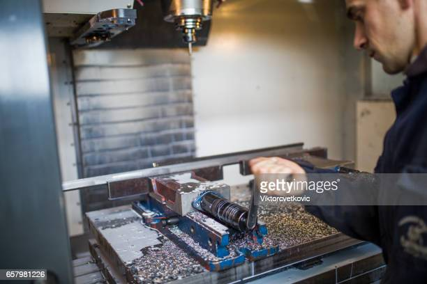 Industrie d'usinage des métaux. Ouvrier d'exploitation fraise CNC