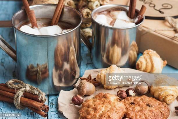 metal mugs with cacao and marshmallows - theobroma foto e immagini stock