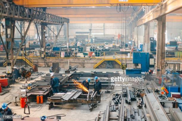 fabbrica di lavorazione dei metalli in azione - industria foto e immagini stock