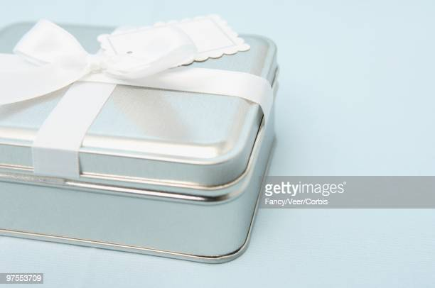Metal tin with ribbon