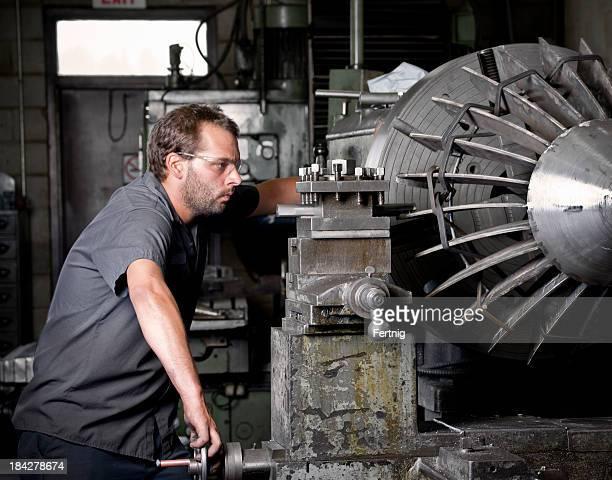 Metall Arbeiten machinist Betrieb eines industriellen Drehmaschine
