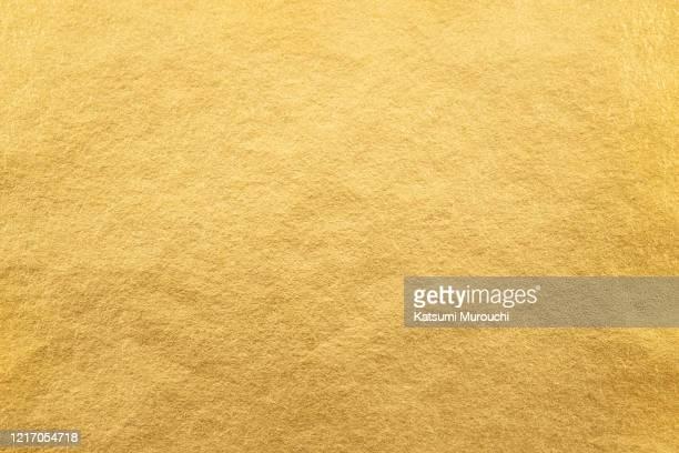 metalic gold foil paper texture background - goldfarbig stock-fotos und bilder