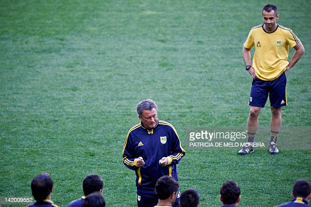 Metalist's coach Myron Markevich speaks to his players during a training session at Alvalade Stadium in Lisbon on March 28 on the eve of a UEFA...
