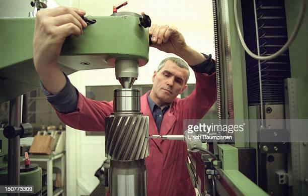 Metalworker is milling