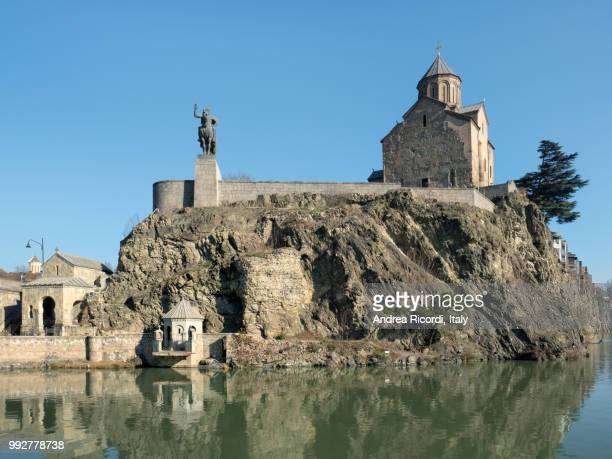 metekhi church and the equestrian statue of king vakhtang gorgasali, tbilisi, georgia - andrea waters king stock pictures, royalty-free photos & images