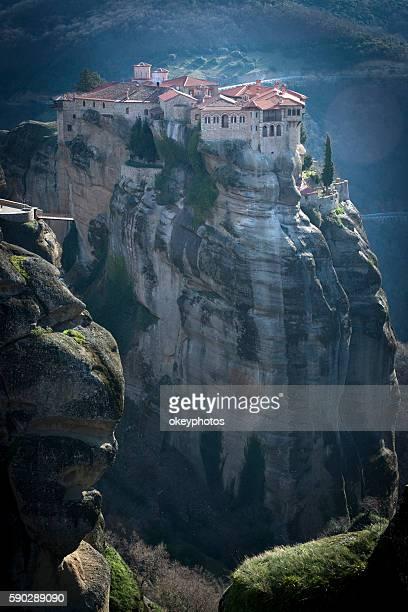 clifftop mosteiros de meteora - igreja ortodoxa grega - fotografias e filmes do acervo