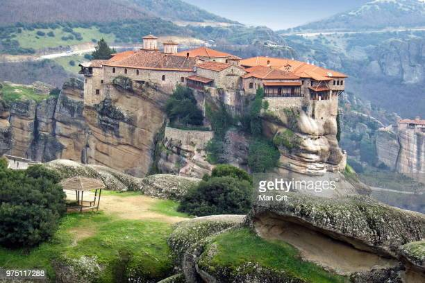 meteora monastery in mountains, greece - meteora stock pictures, royalty-free photos & images