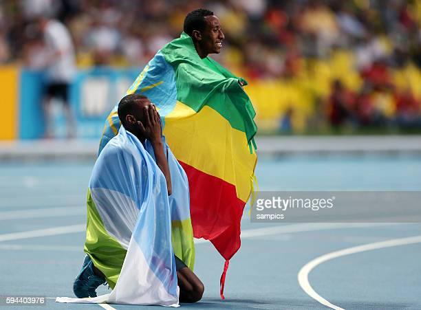 800 Meter Final men Weltmeister Mohammed Aman ETH und dritter Ayanleh Souleiman DJI beten auf der Laufbahn Leichtathletik WM Weltmeisterschaft Moskau...