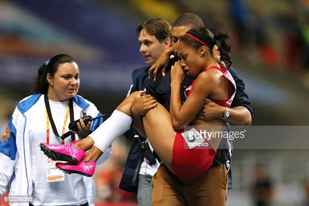 200 Meter Finale der Frauen women Allyson Felix USA wird nach ihren Sturz in der Kurve verletzt von der Bahn getragen Leichtathletik WM...