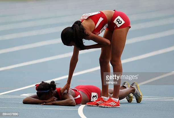 800 Meter Finale women Ajee Wilson USA tröstet Alysia Johnson Montano USA am Boden liegend Leichtathletik WM Weltmeisterschaft Moskau 2013 IAAF World...