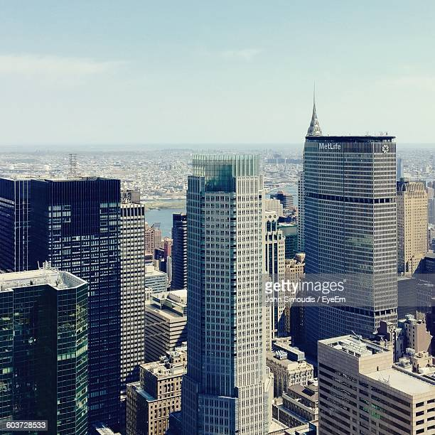 metlife building against sky in city - metlife building stock pictures, royalty-free photos & images