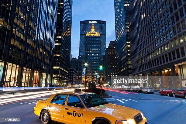 metlife building and yellow cab - パークアベニュー ストックフォトと画像