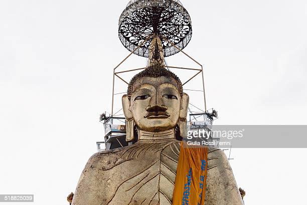 50 metres of buddha - thailandia photos et images de collection
