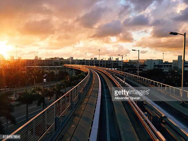 metro rail near miami international airport, miami, florida, usa - aeropuerto internacional de miami fotografías e imágenes de stock