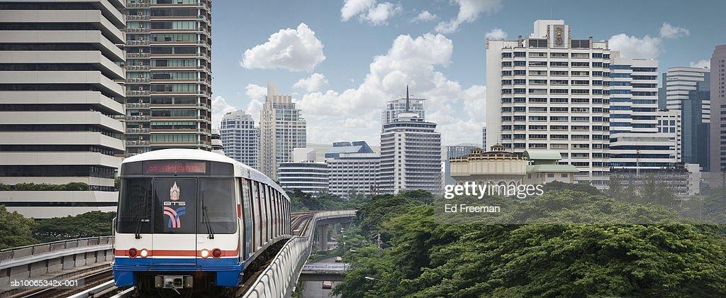 Metro train going through downtown : Foto stock