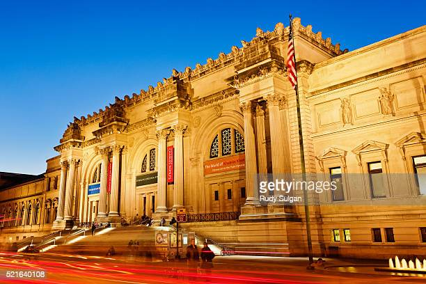 metropolitan museum of art at dusk - metropolitan museum of art new york city stock pictures, royalty-free photos & images