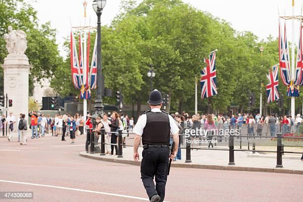 メトロポリタン policeman 立つガード上に旅行者の群衆 - ロンドン ザ・マル ストックフォトと画像