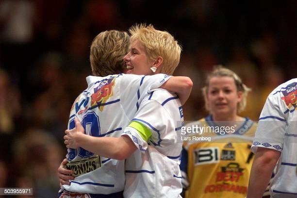 Mette Vestergaard og Camilla Andersen, FIF jubler over sejren. I baggrund Vibeke Nesse, Ikast