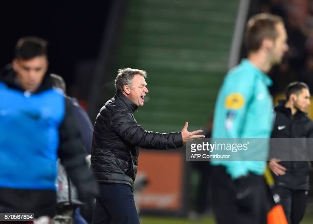 Metz' French head coach Frederic Hantz reacts during the French Ligue 1 football match between Metz and Lille on November 5 2017 at Saint Symphorien...