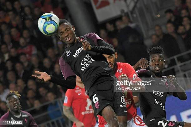 Metz' Malian midfielder Mamadou Fofana heads the ball during the French L1 football match between Stade Brestois 29 and Football Club de Metz at the...