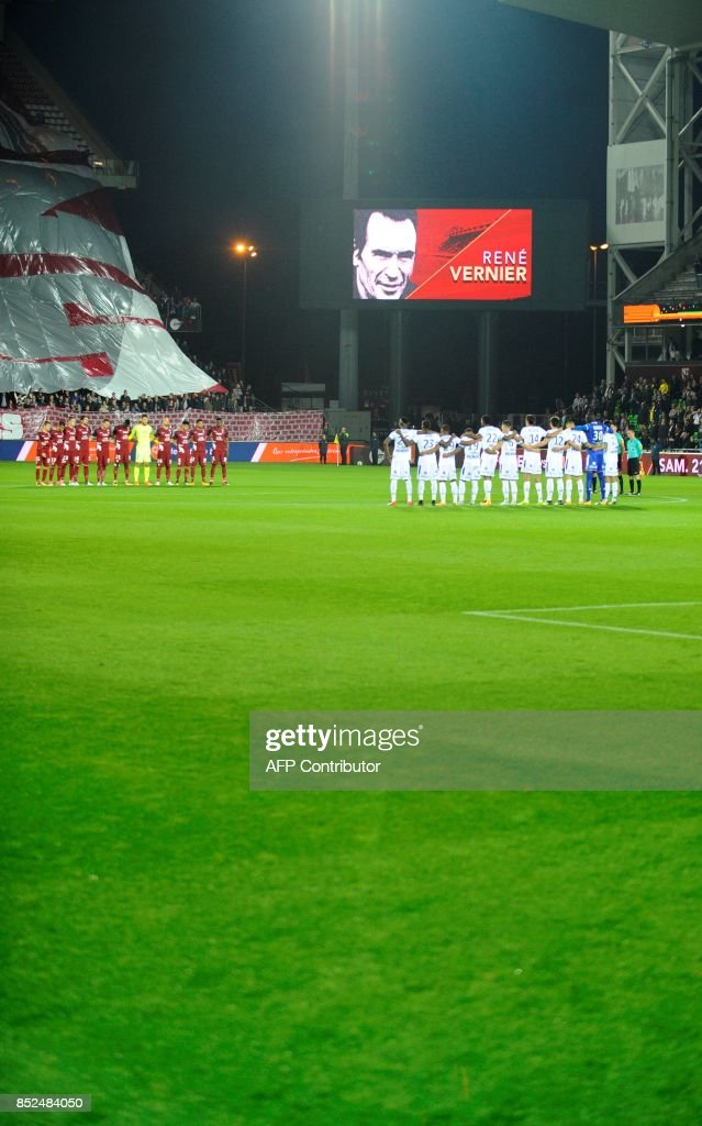 Metz's and Troyes' players pay tribute to Rene Verdier, former football player and coach prior to the French L1 football match between Metz (FCM) and Troyes (ESTAC) on September 23, 2017 at Saint Symphorien stadium in Longeville-Les-Metz, eastern France. /
