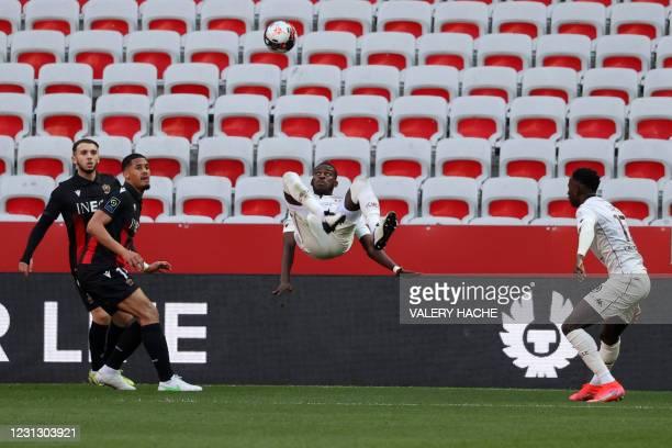 Metz's Malian defender Boubakar Kouyate attempts an overhead kick during the French L1 football match between OGC Nice and FC Metz at The Allianz...
