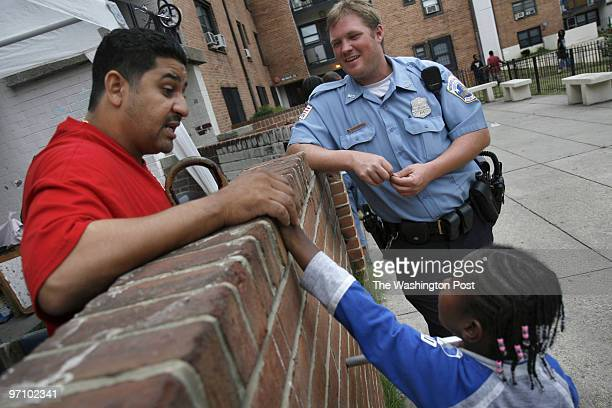 8/31/2006 NEG# 183478 PHOTOGRAPHER Michel du Cille DC residents talk about solutions to stop violence 46 Place SE at Benning Terrace LET POLICE WALK...