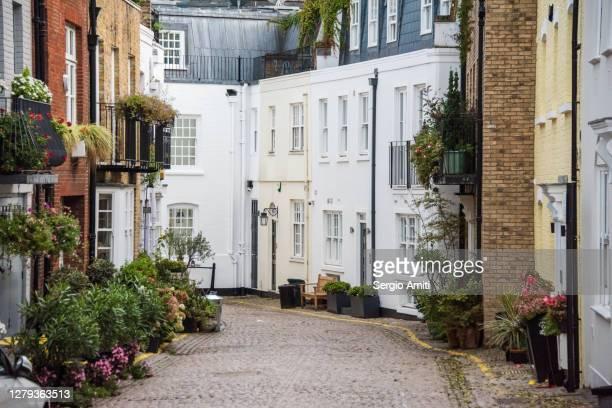 mews houses in knightsbridge - ケンジントン・アンド・チェルシー区 ストックフォトと画像