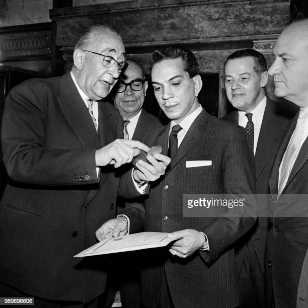 Mexican actor Cantinflas reveives from town council Paris' President Julien Tardien the City of Paris medal on April 11 1961 at Paris' city hall as...