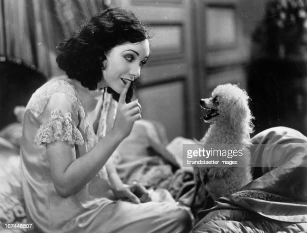Mexican actress Lupe Vélez with her pet poodle 1929 Photograph Die mexikanische Schauspielerin Lupe Vélez mit ihrem Pudel 1929 Photographie
