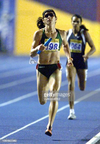 Mexican Ana Guevara runs after being relayed during the 4 x 400 mt race of the XIX Central American and Carribean Games 06 December 2002 La mexicana...