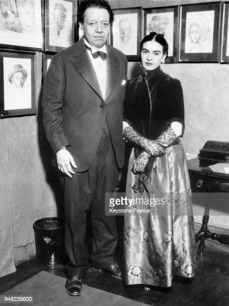1933/05/00 Mexican artists Diego Rivera and Frida Khalo who are married at an art exhibition in NYC Le 10 mai 1933 les poux et artistes peintres...