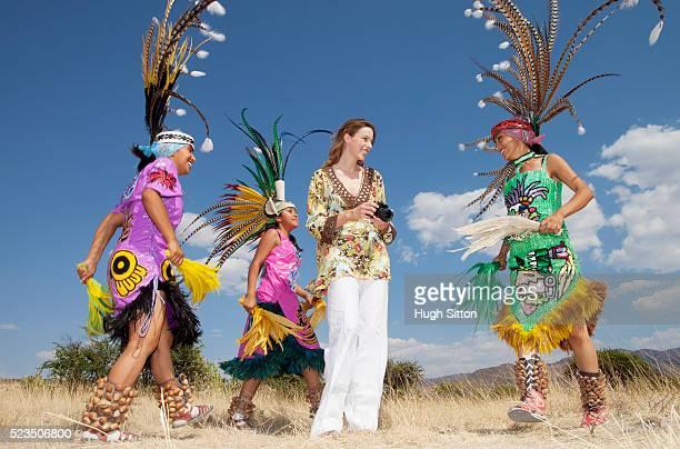 mexican aztec indians dancing around female tourist - hugh sitton 個照片及圖片檔