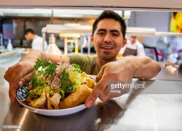chef mexicano con pedidos de comida en un auténtico restaurante mexicano - chicharrones fotografías e imágenes de stock