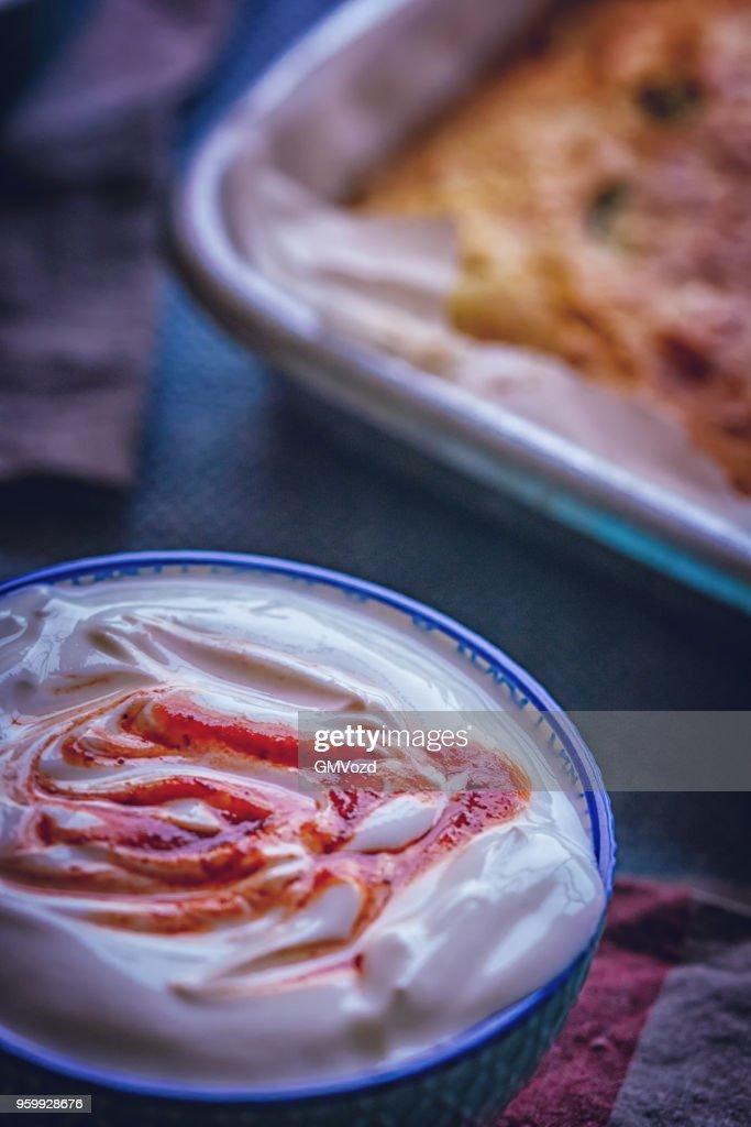Mexikanische Mais-Brot mit frischem Mais und Jalapenos mit Harissa Joghurt : Stock-Foto