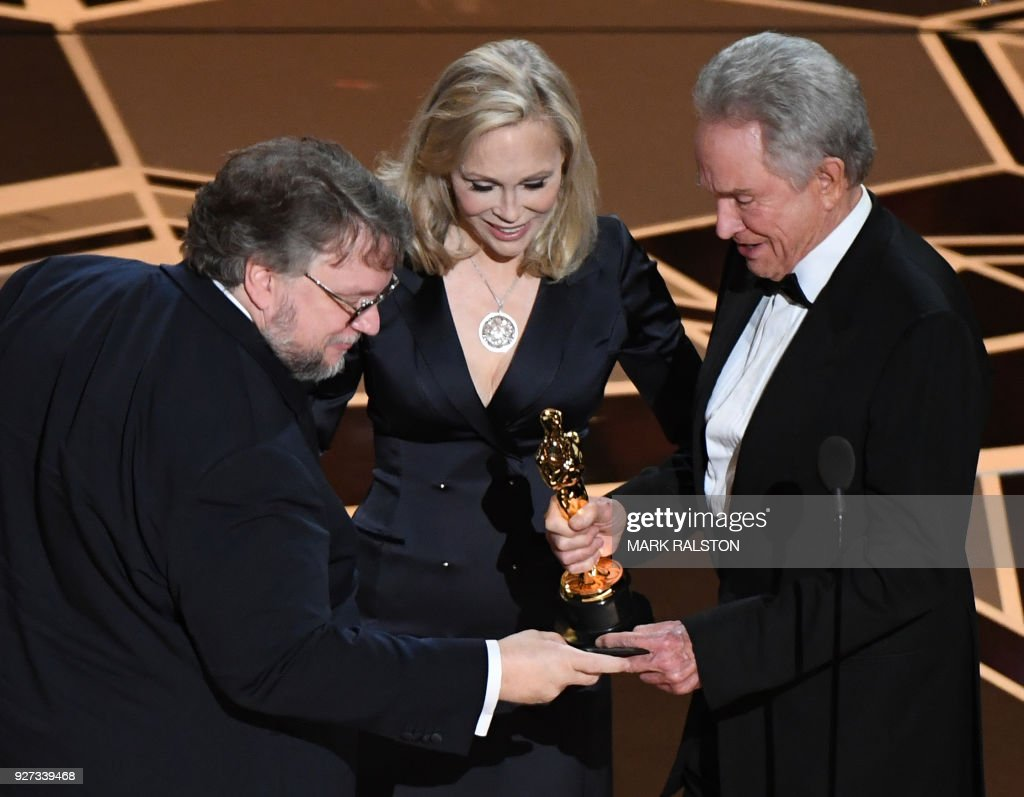 Mexican director Guillermo del Toro (L) accepts the Oscar for Best Film for 'The Shape of Water' from US actors Faye Dunaway and Warren Beatty during the 90th Annual Academy Awards show on March 4, 2018 in Hollywood, California. / AFP PHOTO / Mark RALSTON