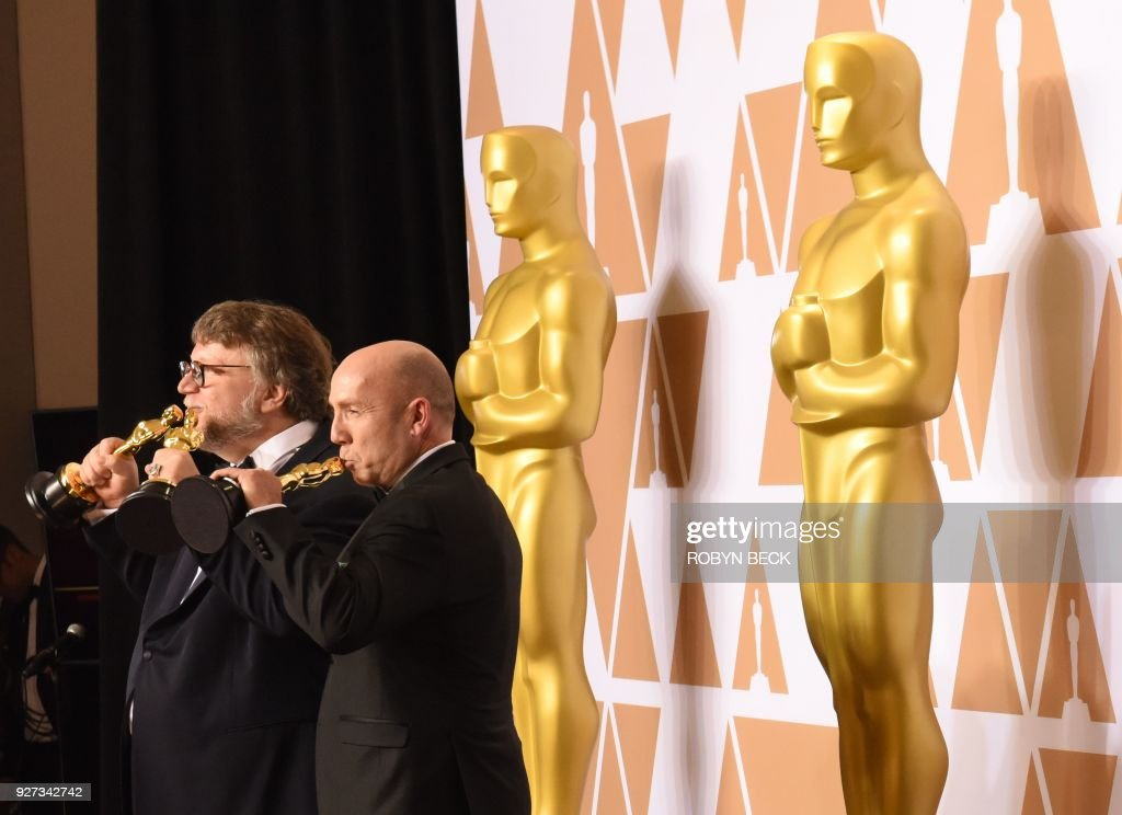 Mexican director Guillermo del Toro (L) and producer J. Miles Dale pose in the press room with the Oscar for Best Film for 'The Shape of Water' during the 90th Annual Academy Awards on March 4, 2018, in Hollywood, California. / AFP PHOTO / Robyn Beck